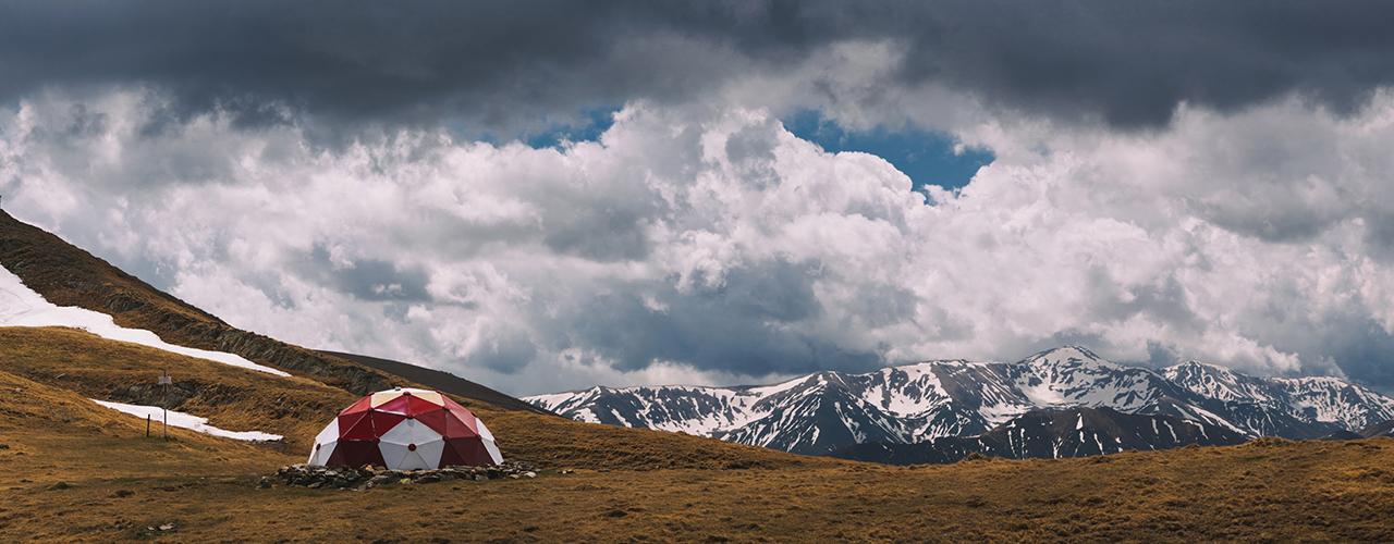 Povestea refugiului Bratila este strans legata de ideea noastra de a realiza refugii montane, idee pornita din pasiunea pentru munte si dorinta de a imbina utilul cu placutul. La inceput…